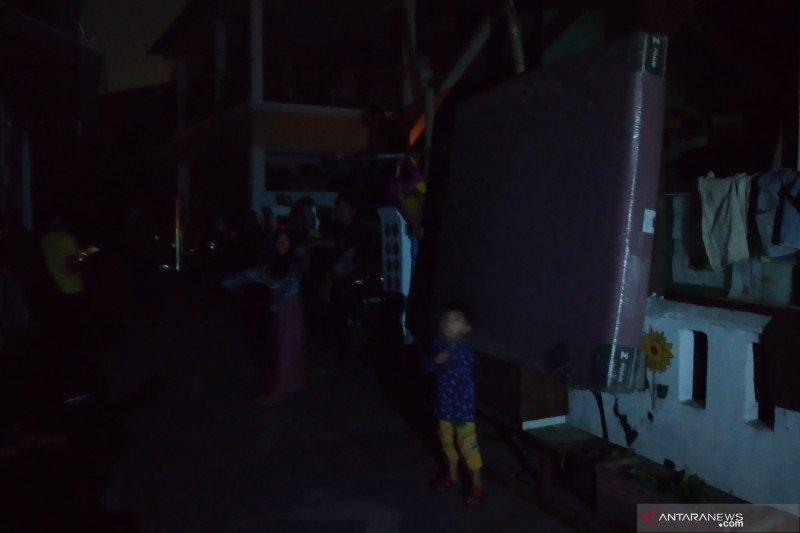 Warga Ancol selamatkan barang saat banjir rob