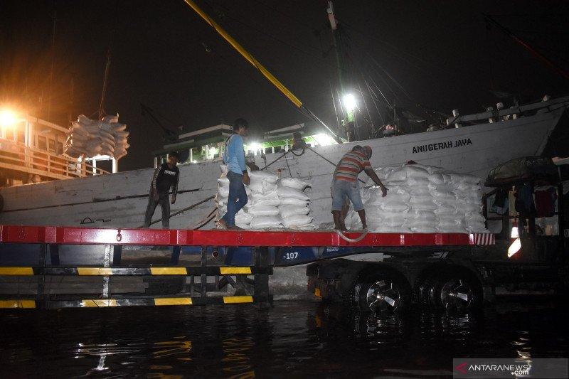 Bongkar muat barang tetap jalan saat rob di Pelabuhan Sunda Kelapa