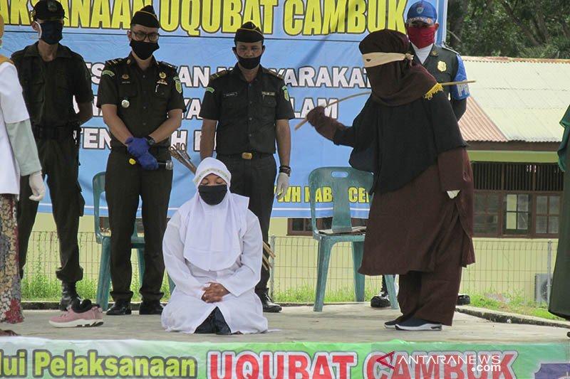 Tiga pelanggar syariat Islam di Aceh Besar dihukum cambuk