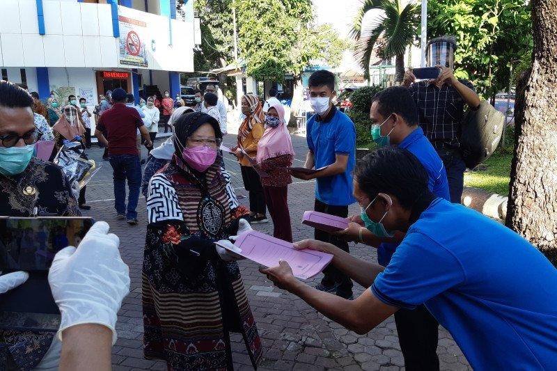 Risma keliling rumah sakit beri bantuan petugas kebersihan