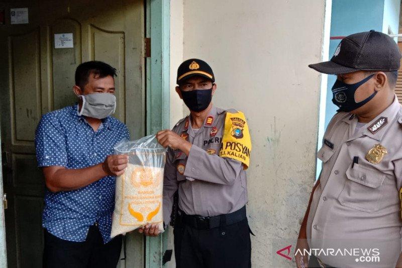 Polisi Bangka Barat salurkan bantuan sembako ke warga Mentok