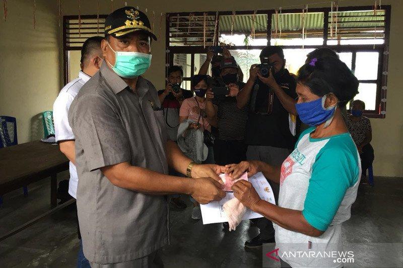 Bupati Sangihe serahkan bantuan di Kepulauan Marore