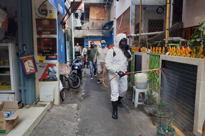 Petugas gabungan semprot disinfektan zona merah di Tambora