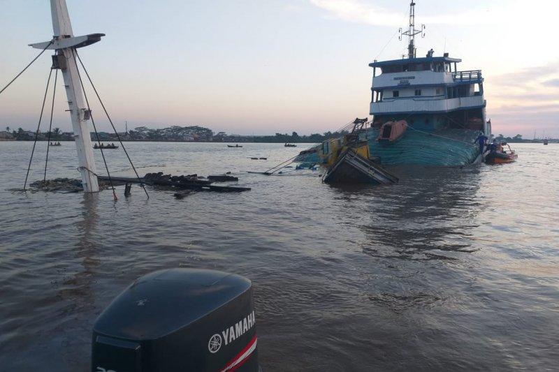 Kapal pengangkut 1.100 ton pupuk urea karam di Sungai Kapuas