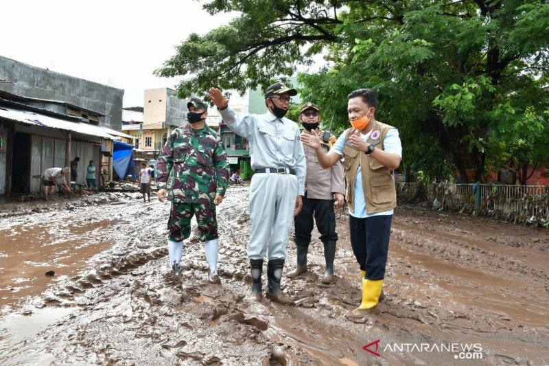Gubernur Sulsel salurkan bantuan Rp16 miliar untuk banjir Bantaeng