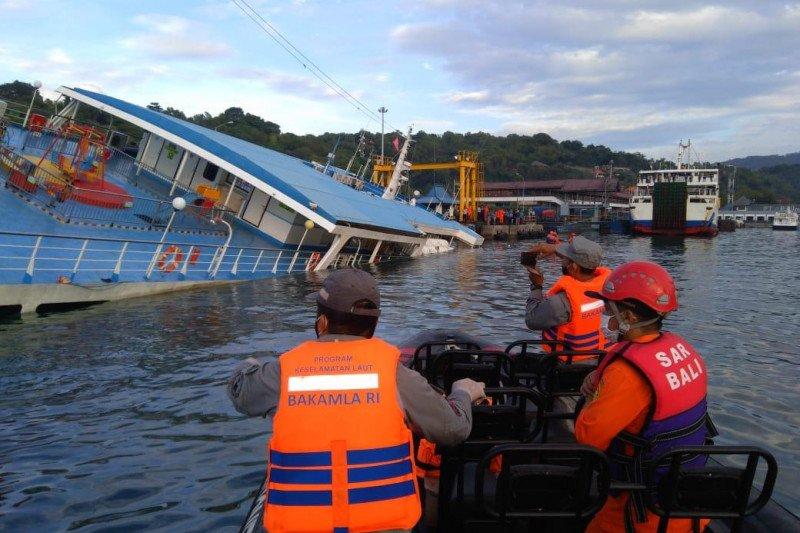 Bakamla evakuasi 66 penumpang KMP Dharma Rucitra III miring di Bali