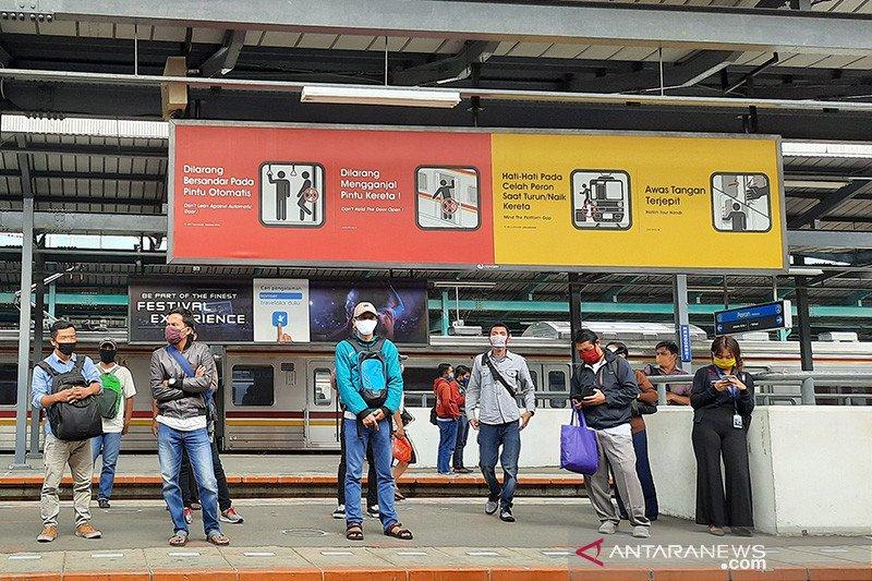 Aktivitas penumpang di Stasiun Manggarai Senin pagi masih normal
