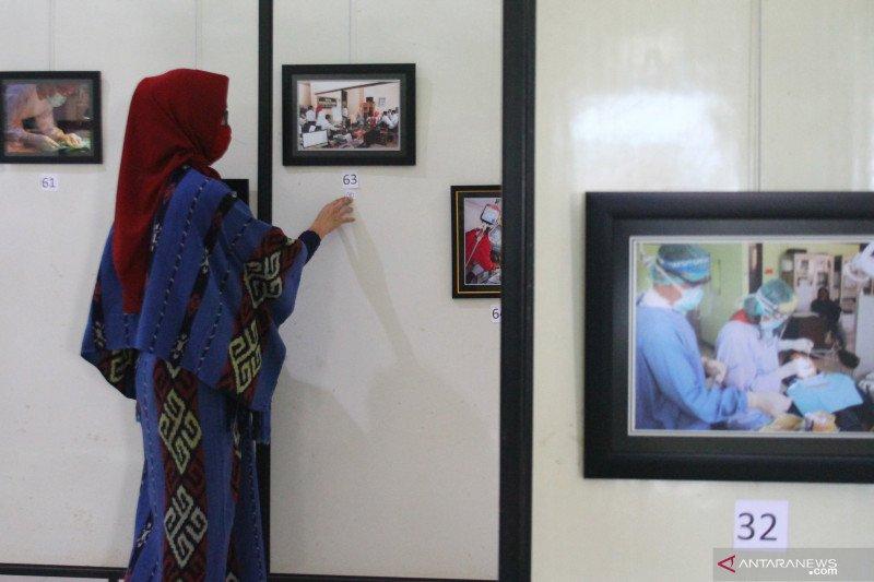Pameran fotografi karya petugas medis di masa pandemi COVID-19