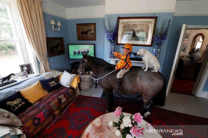 Begini gaya seorang bocah Inggris tonton pacuan kuda di televisi