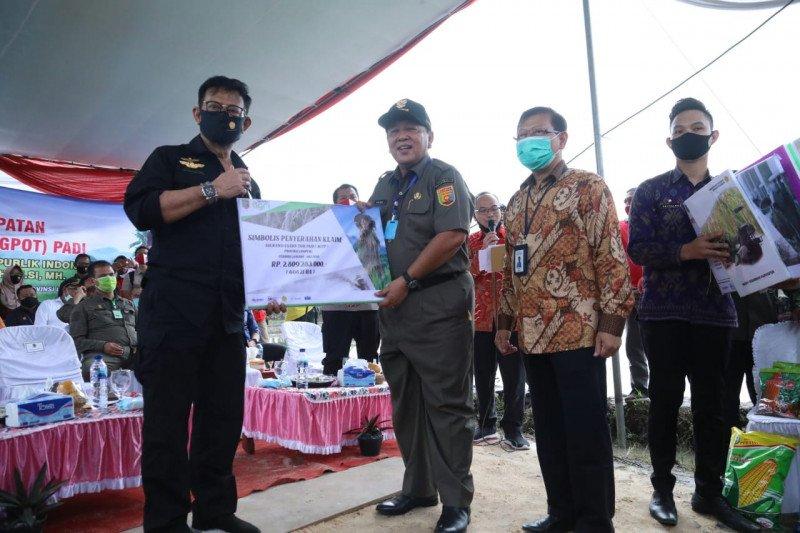 Mentan serahkan bantuan KUR dan alsintan di Lampung