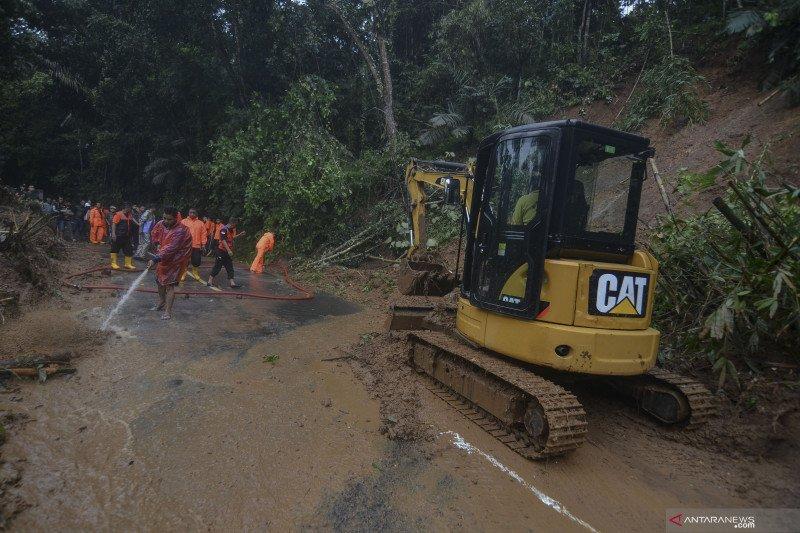 Jalan Tasikmalaya - Karangnunggal tertutup longsor