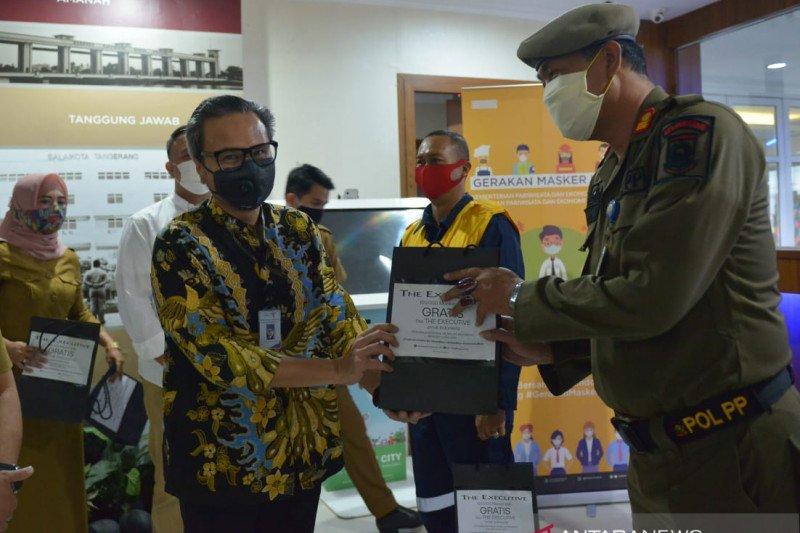 Kemenparekraf berikan 10.000 masker kain ke petugas lapangan Tangerang