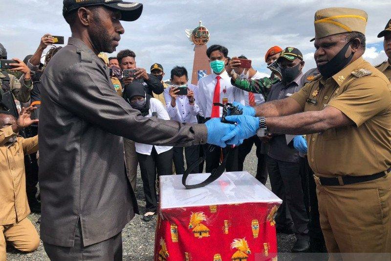 Pemkab Puncak Jaya terima satu pucuk senjata dari anggota kelompok separatis