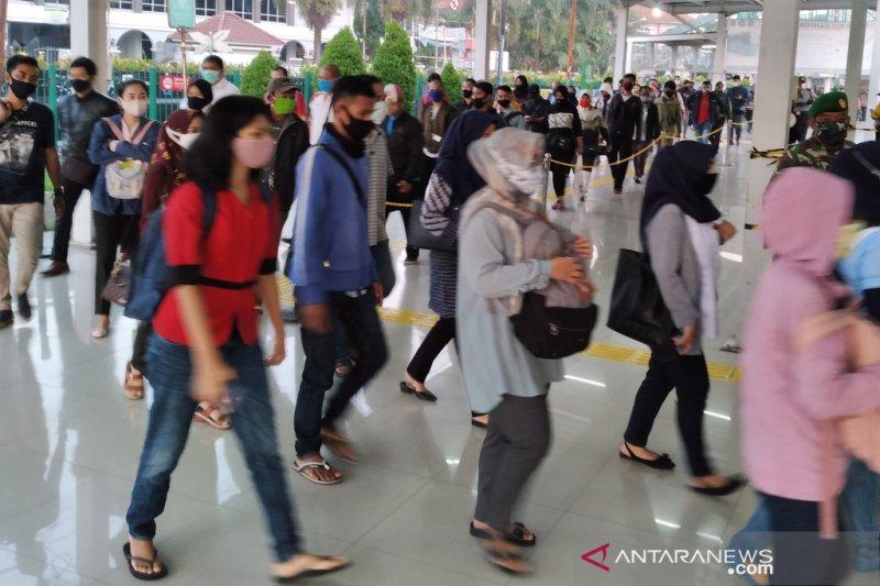Antrean penumpang KRL di Stasiun Bogor masih sangat panjang