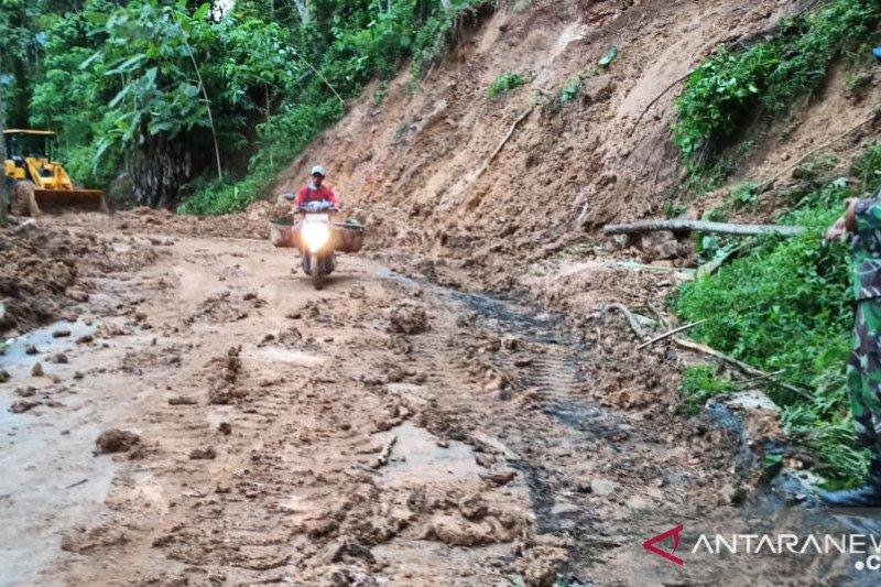 Ruas jalan ke dua kecamatan di Lumajang tertimbun longsor