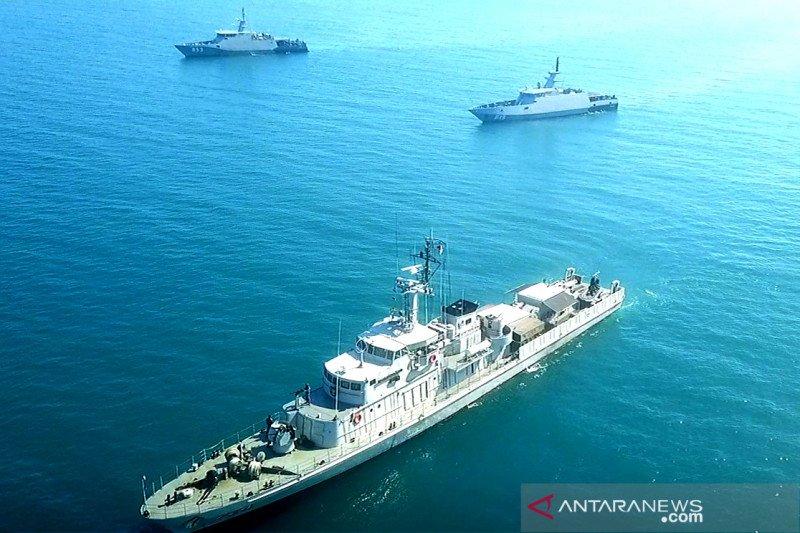 Tiga KRI TNI AL latihan manuver taktis di Perairan Makassar