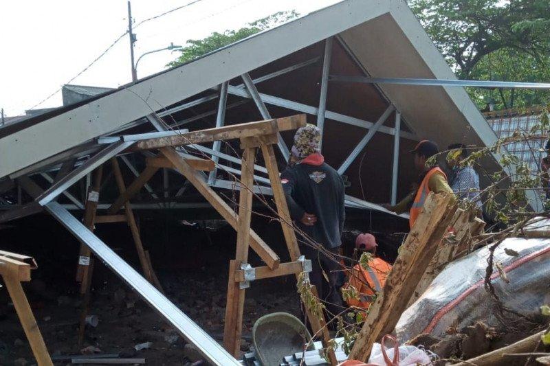 Atap Pasar Burung Cipinang ambruk sebabkan satu pekerja terluka