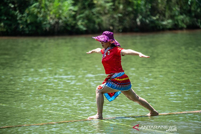 Seni meniti bambu di atas air