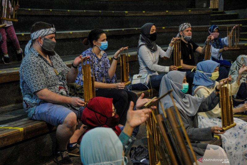 Saung Angklung Udjo kembali menggelar pertunjukan untuk wisatawan