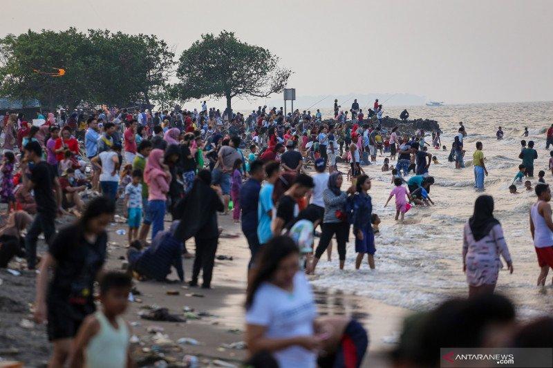 Meski masih PSBB Tangerang Raya, warga padati pantai Tanjung Pasir