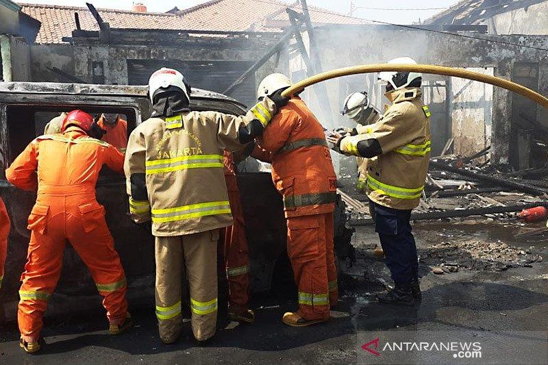 Arus pendek mesin mobil picu kebakaran tiga bangunan di Cakung