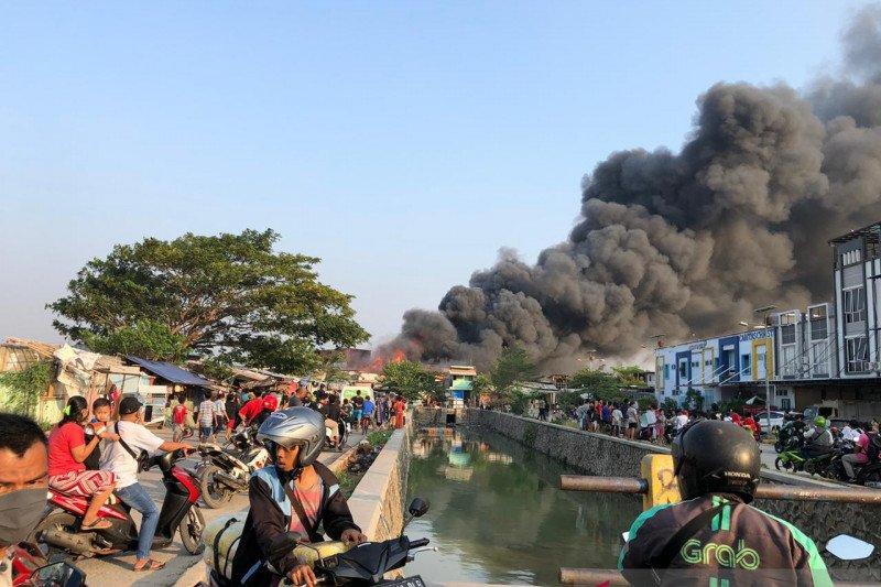 21 unit damkar padamkan kebakaran rumah padat penduduk Jakarta Barat