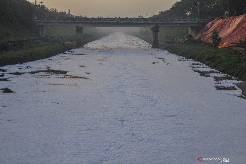 Limbah busa di Kanal Banjir Timur