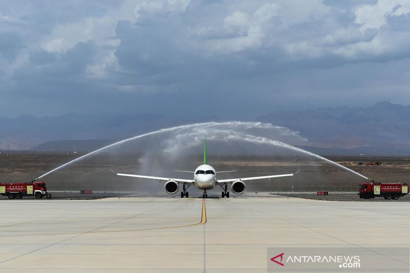 China uji terbang pesawat penumpang berbadan lebar buatan sendiri