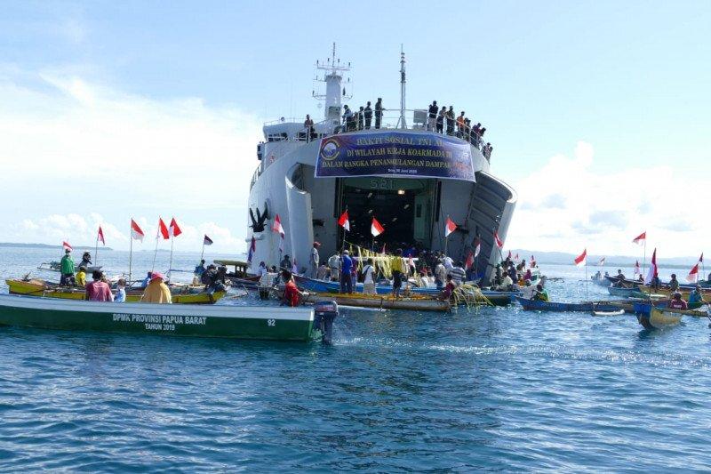 KRI Teluk Lada-521 distribusikan sembako bagi nelayan Sorong