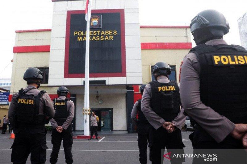 Polisi pantau kesehatan tiga pembawa paksa jenazah COVID-19