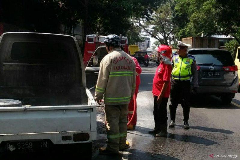 Jalur Bandung-Cianjur macet karena mobil pick up terbakar
