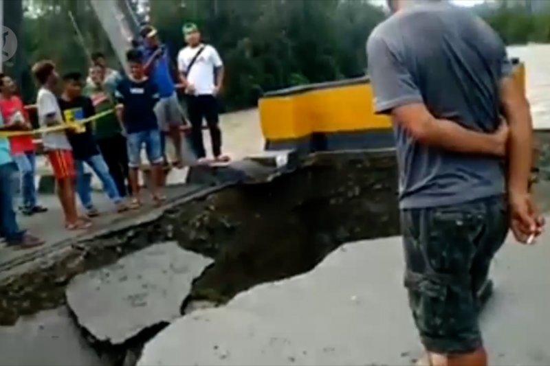 Jembatan di jalan Trans Sulawesi Banggai ambruk, akses terputus