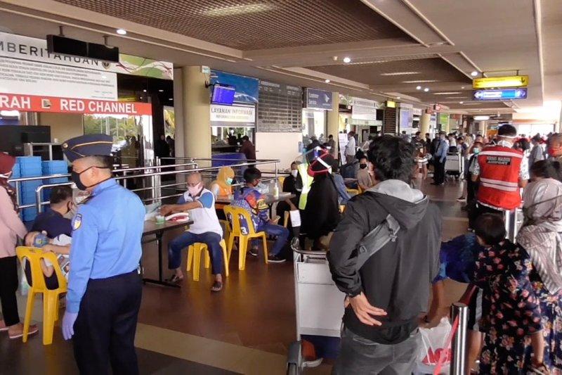 Antrean panjang penumpang di Bandara Hang Nadim