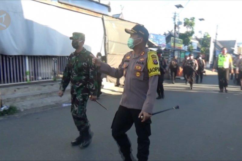 TNI/Polri pantau hari pertama PSBB Kapuas
