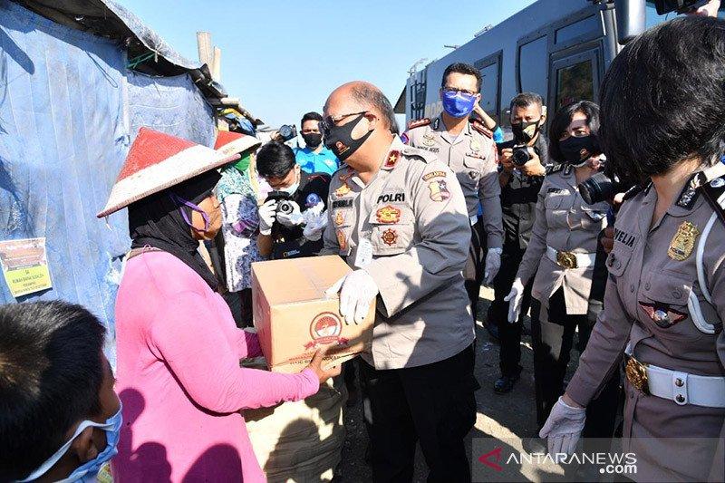 Polri salurkan paket sembako pada pemulung di TPST Bantul