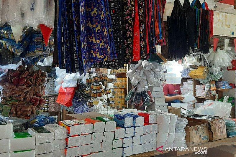 Pedagang dan pembeli Pasar Tebet Timur masih gunakan kantong plastik