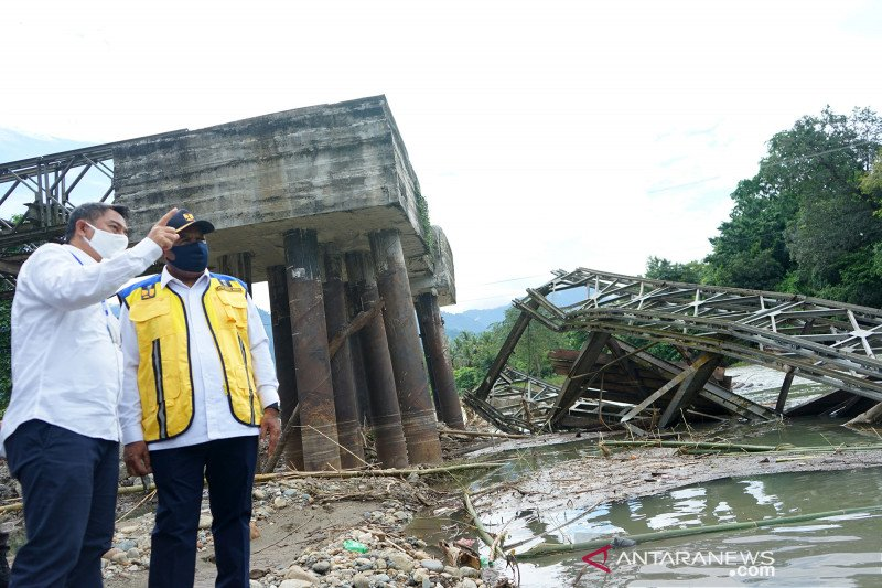 Wamen PUPR tinjau jembatan Molintogupo Bone Bolango yang disapu banjir