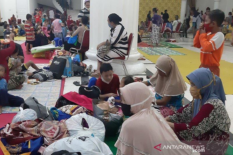Ratusan korban banjir mengungsi di Gedung Bele Li Mbui