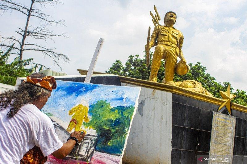Aksi melukis monumen sejarah