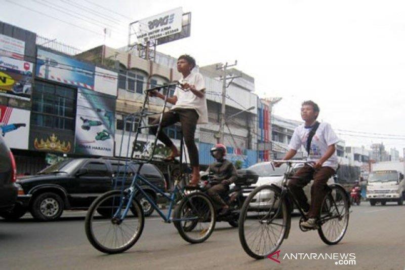 Jalur khusus sepeda di Bandarlampung disemprot disinfektan
