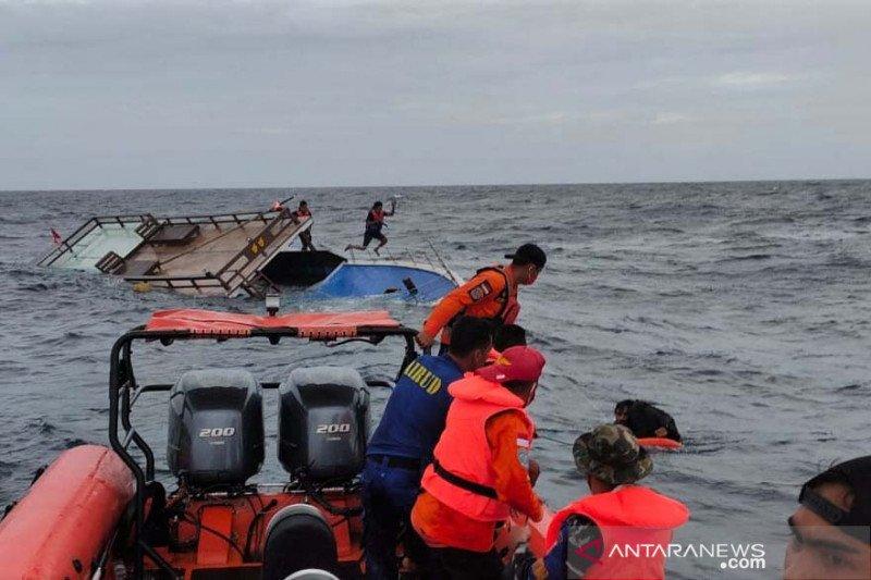 Evakuasi penumpang kapal tenggelam di perairan Malaoge Buton