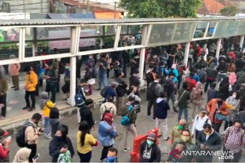 Jumlah penumpang meningkat, antrean KRL di Stasiun Bogor makin panjang