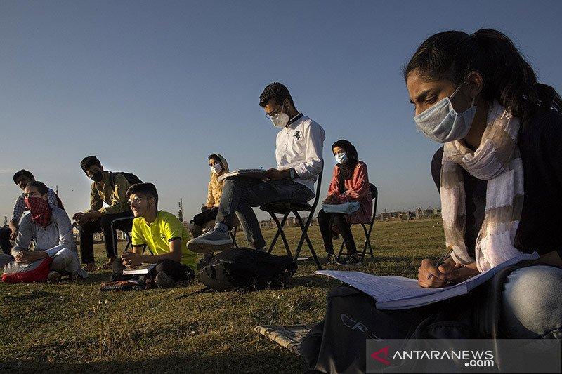 Lawan COVID-19, siswa belajar di kelas luar ruang