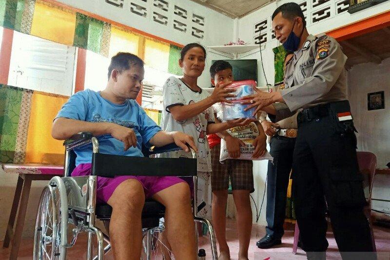 Kapolres Nias AKBP Deni Kurniawan sumbang kursi roda kepada penyandang disabilitas