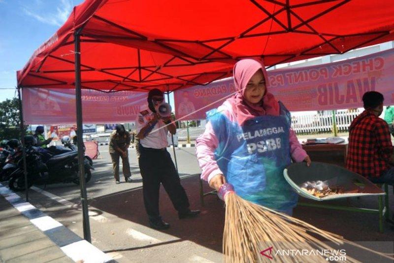 73 warga Padang jalani sanksi kerja sosial karena tidak pakai masker