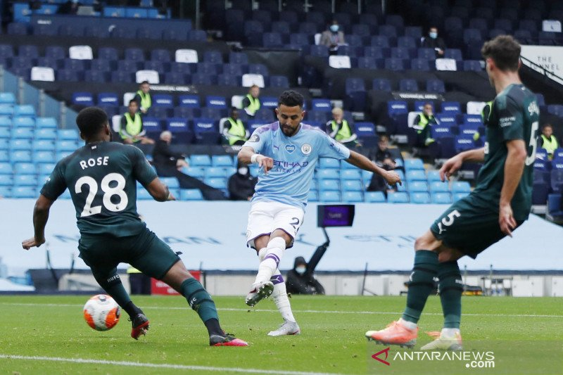 Pemain Manchester City Mahrez dan Laporte positif COVID-19