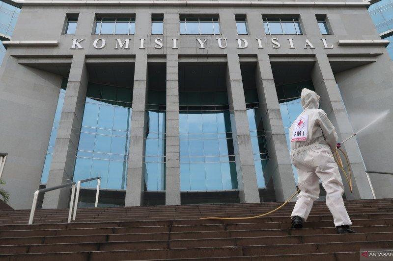 Sekjen Komisi Yudisial positif COVID-19, kantor disemprot disinfektan