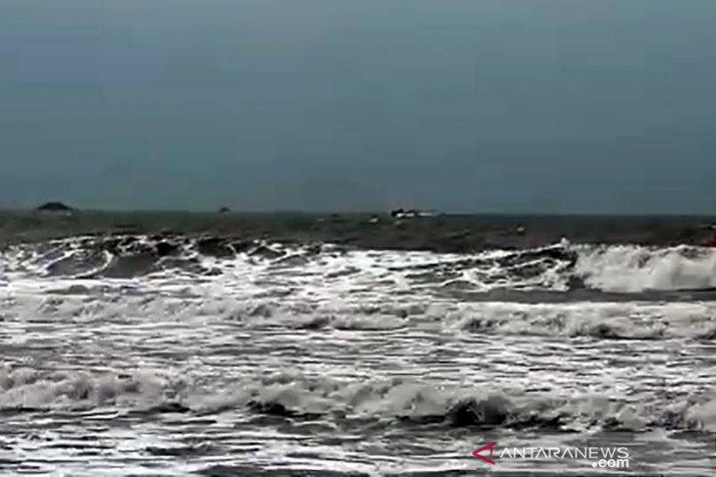Nelayan diimbau waspadai gelombang tinggi di laut selatan Jabar-DIY