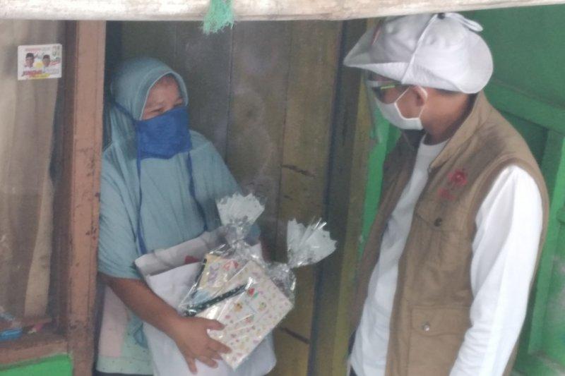 Sandiaga bagikan bansos ke guru honorer dan pengurus masjid di Depok