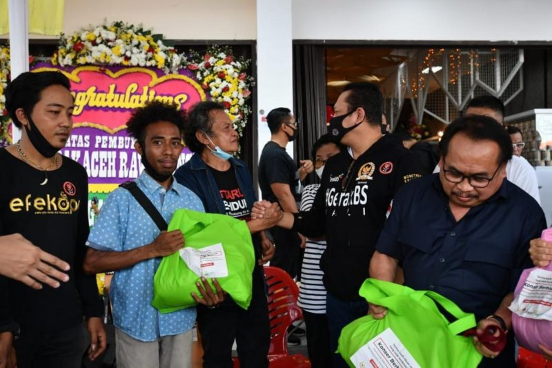 Bamsoet bagikan 250 paket sembako ke komunitas seniman jalanan